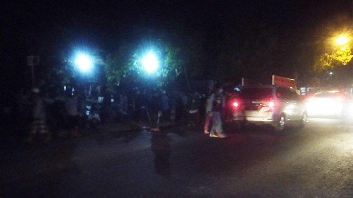 Polisi Awasi Ratusan Orang Bawa Pentungan ke Kantor KPU Sampang, Malam Ini