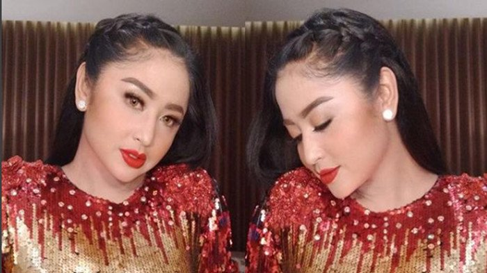 Penampilan Dewi Perssik saat Natural, Captionnya Ada Tulisan Jatuh Miskin & Ditinggal Suami
