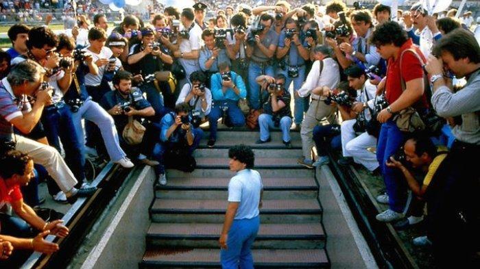 Diego Maradona saat datang di markas Napoli, Italia.