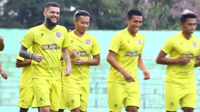 Diego Michiels saat bergabung dalam latihan Arema FC di Stadion Gajayana Malang, Senin (14/6/2021). Ia masih kebingungan ketika pemain Arema menggunakan bahasa Jawa
