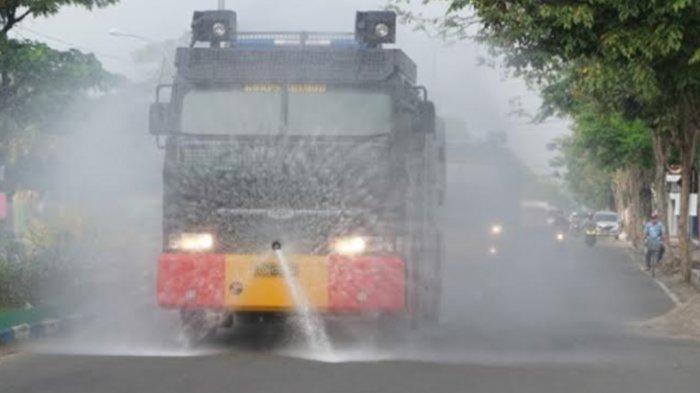 28 Ton Cairan Disinfektan Basahi Jalanan di Kawasan Darurat Covid-19 Bangkalan