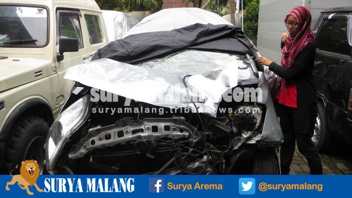 Ditabrak Toyota Yaris, Pengendara Motor Terpental Hingga Melewati Pagar Rumah Warga di Kota Malang