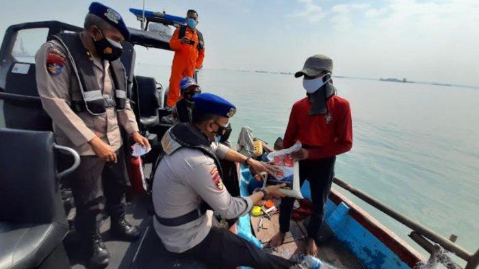 Ditpolairud Polda Jatim Kunjungi Nelayan di Tengah Laut, Salurkan Bantuan Beras PPKM