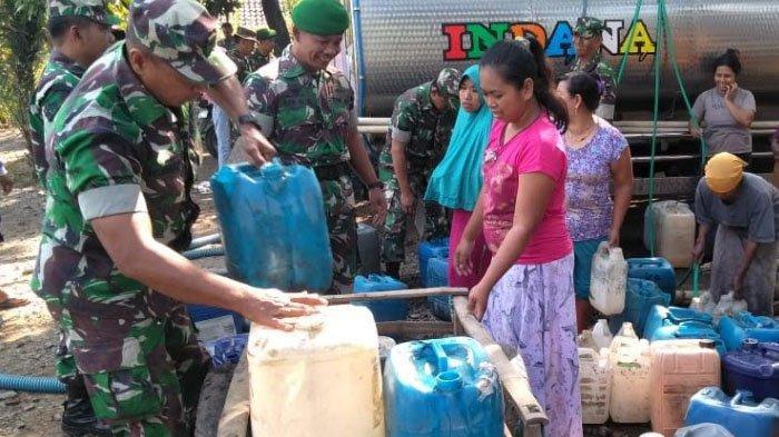 Atasi Dampak Kekeringan, Anggota TNI Partisipasi Ikut Dropping Air Bersih ke Masyarakat di Pasuruan