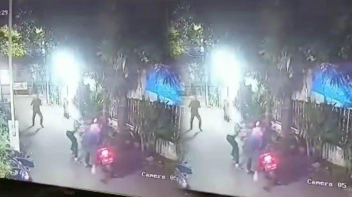 Duel Satpam VS Perampok di Jakarta Terekam CCTV, Tangkis Golok Pakai Tangan Kosong, 4 Jari Putus