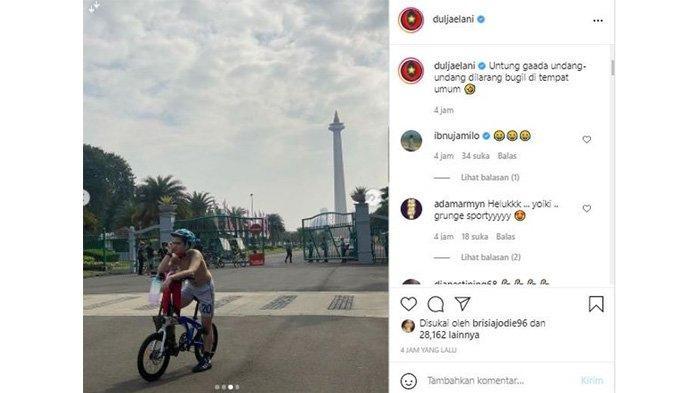 Dul Jaelani tanpa baju foto dengan pose melamun di depan Tugu Monas