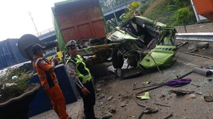 Diduga Rem Blong Dump Truk Tabrak Dua Mobil di Gerbang Tol Sidoarjo, Kernet Truk Tewas Terjepit