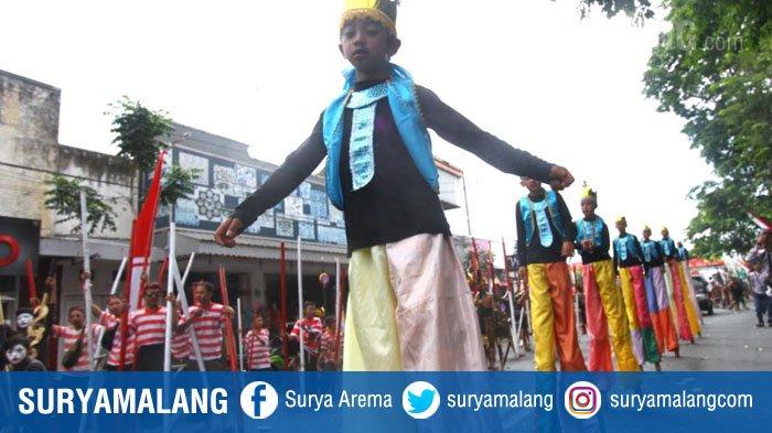 GALERI FOTO - Dandanan Unik Para Peserta Festival Egrang di Kota Batu - egrang-mbatu-kota-batu_20180814_234116.jpg