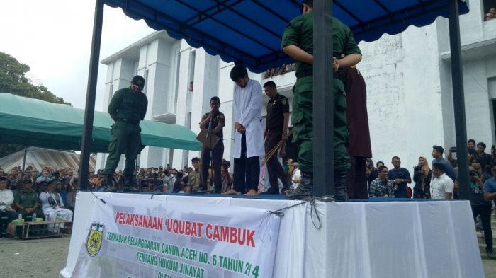 Pelaku Prostitusi Online di Banda Aceh Dihukum Cambuk, Turis Asing Ikut Menyaksikan Eksekusi