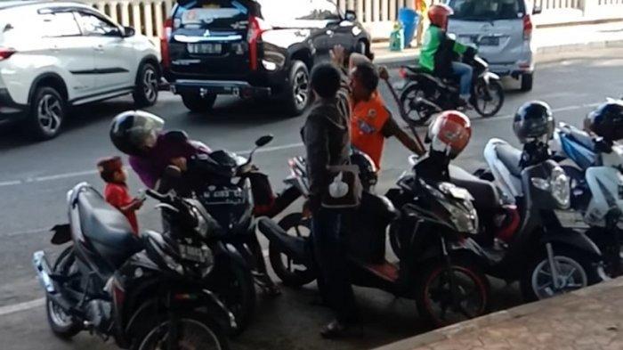 Emak-emak Pengendara Motor di Gresik Kepalanya Dikepruk Juru Parkir Pakai Balok Kayu, Videonya Viral