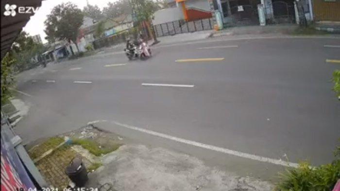 Rekaan CCTV emak-emak tertabrak pikap di Tulungagung: Momen saat emak-emak menyebrang dengan sembarangan memotong jalan. sempat bersenggolan dengan dua motor di belakangnya.