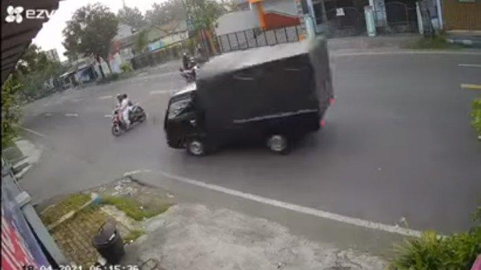 Rekaman CCTV emak-emak tertabrak pikap di Tulungagung: Lolos dari kecelakaan dengan dua motor di belakangnya, sayangnya sang emak-emak yang memotong jalan saat menyebrang tertabrak pikap yang datang dari arah berlawanan.
