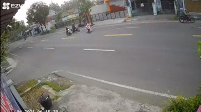 Rekaman CCTV emak-emak tertabrak pikap di Tulungagung: Situasi saat sang emak-emak hendak menyeberang