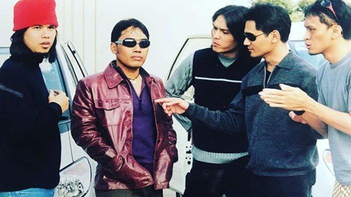 Pemakaman Mantan Bassist Dewa 19 Erwin Prasetya di TPU Keputih Surabaya Sore Ini