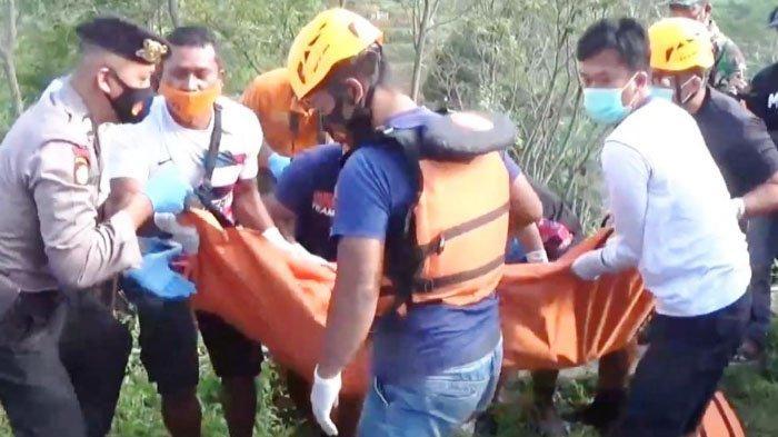 Evakuais jenazah pria tanpa busana di saluran irigasi persawahan Desa Ngiliran, Kecamatan Panekan, Magetan, Senin (5/4/2021).