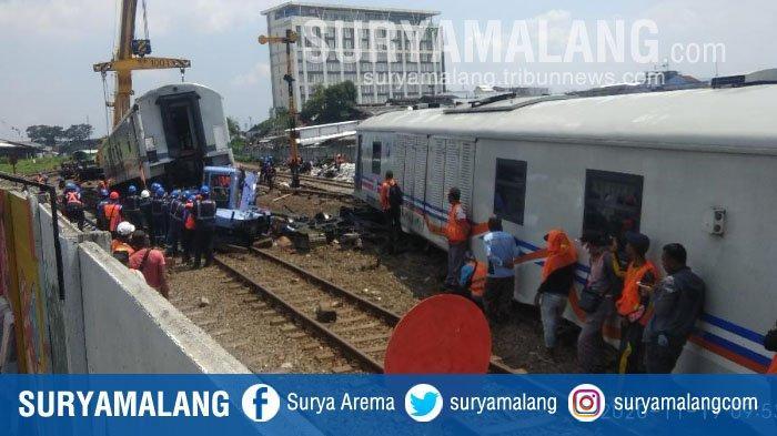 Evakuasi gerbong kereta api yang berjalan sendiri dari Stasiun Malang ke Stasiun Kotalama, Kota Malang, Kamis (19/11/2020).