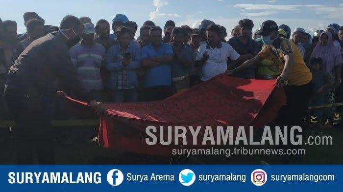 evakuasi-mayat-di-lapangan-lengser-camplong-desa-dharma-camplong-kecamatan-camplong-sampang.jpg
