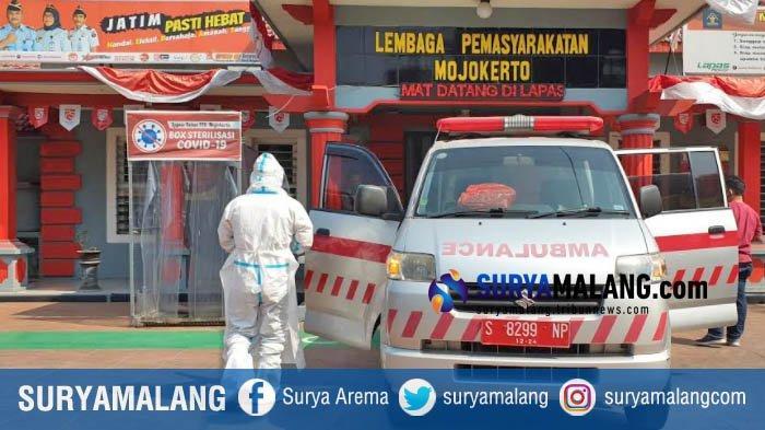 Pakai APD Lengkap, Tim Kesehatan Lakukan Evakuasi 5 Napi Lapas Mojokerto ke RSUD Mojosari