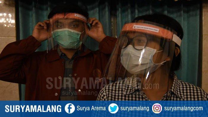 Mahasiswa FK Unair Buat Face Shield Untuk APD Tenaga Kesehatan,Manfaatkan Bahan Mika Penjilidan Buku