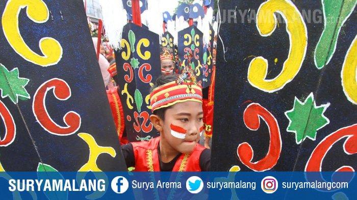 GALERI FOTO - Dandanan Unik Para Peserta Festival Egrang di Kota Batu - festival-egrang-di-jalan-panglima-sudirman-kota-batu_20180814_234230.jpg