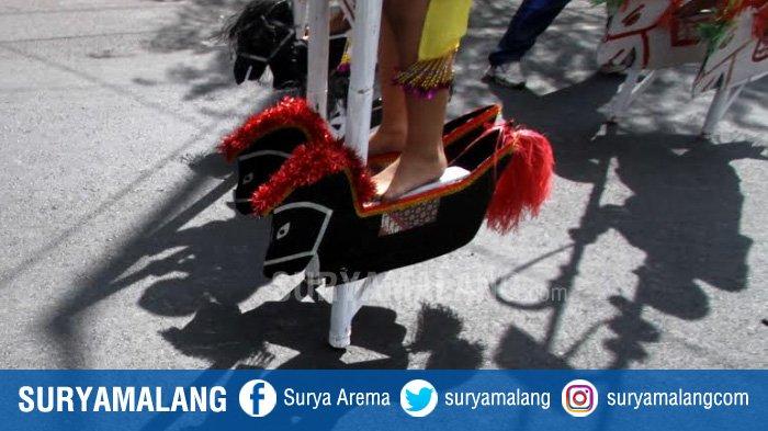 GALERI FOTO - Dandanan Unik Para Peserta Festival Egrang di Kota Batu - festival-egrang-di-jalan-panglima-sudirman-kota-batu_20180814_234342.jpg
