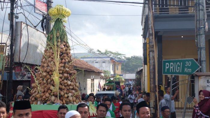 Ribuan Warga Antusias Saksikan Dan Ikuti Arak-arakan Festival Kupatan Di Trenggalek