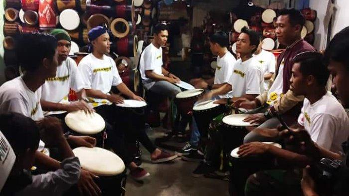 Akar Historis Waditra Jimbe Versi 'Kendang Sentul' - festival-musik-kendang-djembe-di-kota-blitarpermainan-musik-kendang-djembe-di-kota-blitar_20180828_235312.jpg