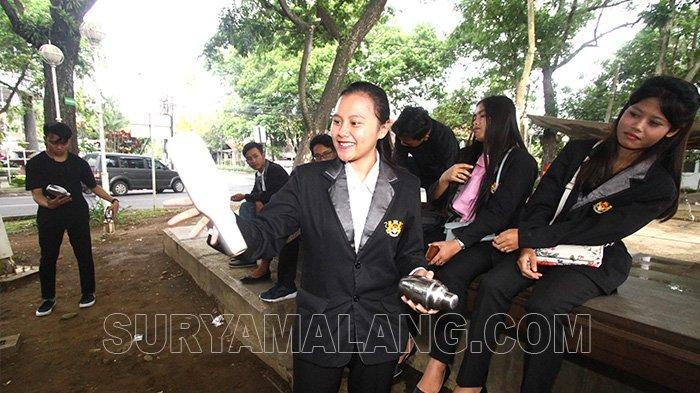 GALERI FOTO - Mahasiswa Berlatih jadi Bartender di Taman Kunang-kunang, Kota Malang