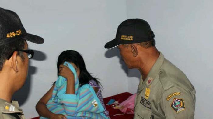 Reaksi Seorang Ibu ketika Satpol PP Kediri Temukan Putrinya di Dalam Kamar Bersama Cowok & Cewek