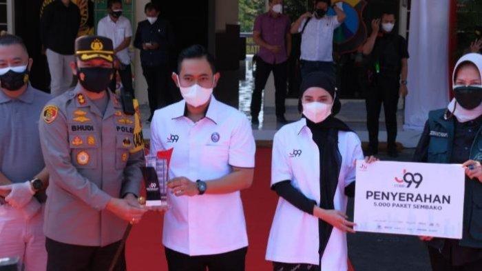 Presiden Arema FC Sebar Ribuan Paket Sembako untuk Warga Malang Raya Terdampak PPKM Darurat