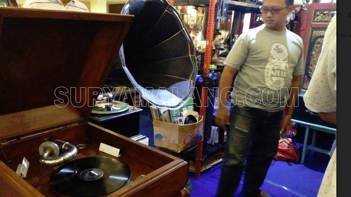 Melihat dari Dekat Gramofon Rp 25 Juta dan Seri Uang Kuno Rp 125 Juta di Surabaya