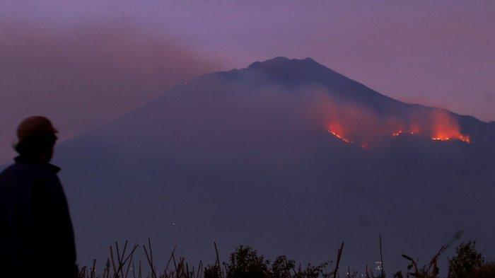 GALERI FOTO - Api Berkobar di Gunung Arjuno 4 Hari Ini, Meluas ke Desa Toyomarto Kecamatan Singosari