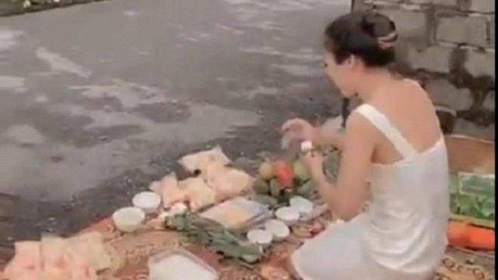 H wanita asal Vietnam menggelar sesajen di depan rumah penghutang