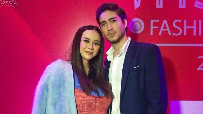 Aktris dan penyanyi Aura Kasih bersama suami, Eryck Amaral, di Ciputra Artpreneur, Kuningan, Jakarta Selatan, Rabu (20/3/2019).