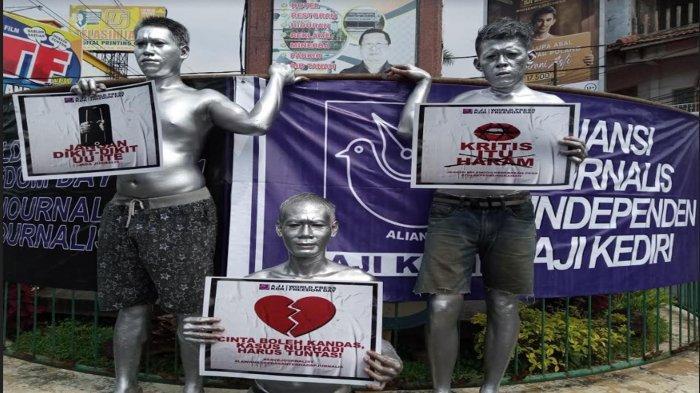 AJI Kediri Memperingati May Day di Simpang Empat TT Tulungagung, Manusia Silver Simbol Korban PHK