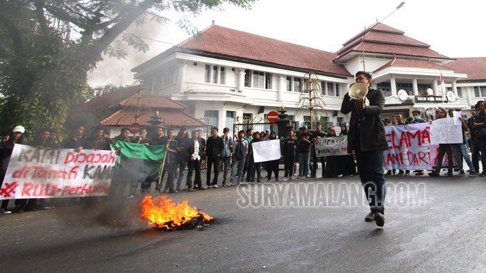 GALERI FOTO - Himpunan Mahasiswa Islam (HMI) Malang Demo, Sebut Indonesia Darurat