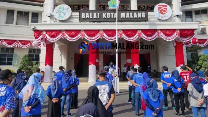 ASN dan Pegawai Pemda Malang Raya Kompak Pakai Atribut Arema Bisa Bantu Usaha Merchandise di Malang