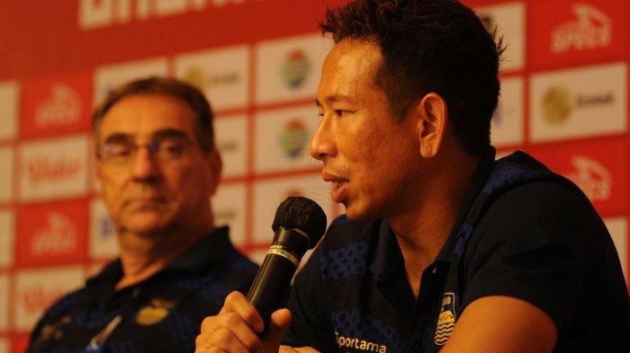 I Made Wirawan (kanan) saat menghadiri sesi jumpa pers seusai pertandingan