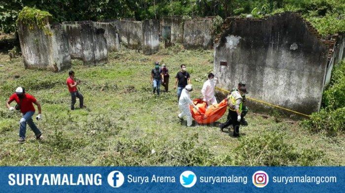 Proses evakuasi penemuan mayat yang terjadi di bekas mes karyawan Pembangkit Jawa Bali (PJB) di Kecamatan Sumberpucung, Kabupaten Malang pada Kamis (11/2/2021) yang ternyata seorang ibu yang dibunuh anak kandunya sendiri.