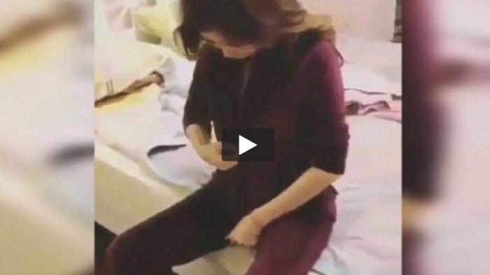 VIDEO : Si Ibu Berniat Buka Baju dan Pamer Dada, Tapi Inilah yang Dilakukan Anaknya . . .