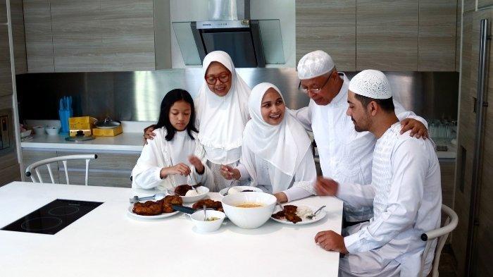 Ilustrasi gambar kumpul keluarga saat Idul Fitri: kapan mulai puasa Syawal