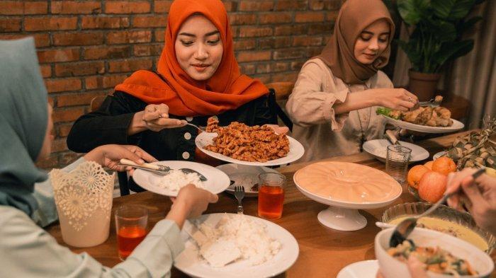 ILUSTRASI - Makan sahur bersama keluarga di bulan Ramadan 2021