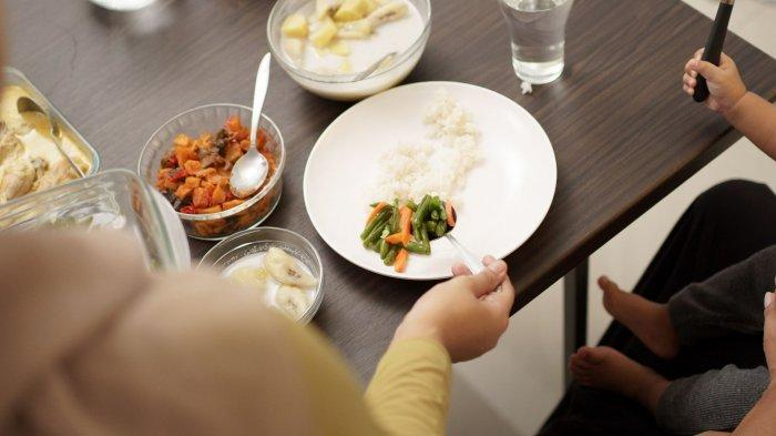 Ilustrasi - Makan sahur bersama keluarga