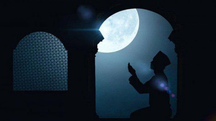 ILUSTRASI - Orang berdoa dalam artikel amalan di 10 hari terakhir Ramadan