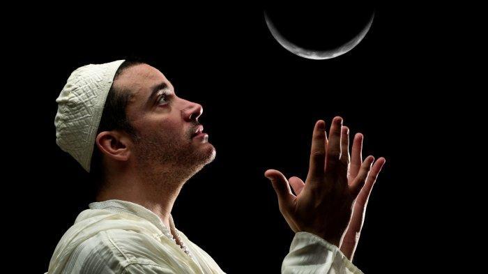 ILUSTRASI - Orang berdoa jelang 10 terakhir Ramadan, dalam artikel tanda-tanda datangnya malam Lailatul Qadar