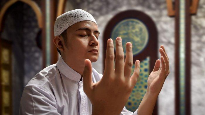 ILUSTRASI - Seseorang melaksanakan salat dalam artikel Doa Qunut Subuh dan Qunut Nazilah