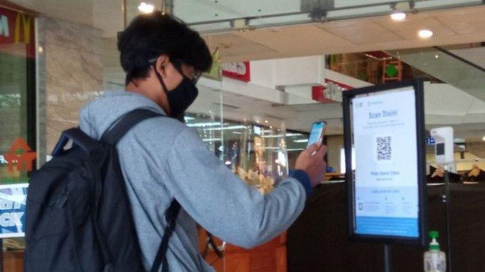 ILUSTRASI - pengunjung saat memindai barcode pedulilindungi di Malioboro Mall