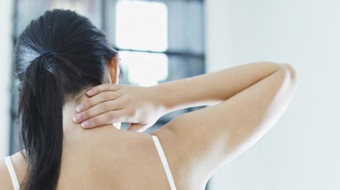 4 Cara Mudah Mengatasi Sakit Leher yang Mengganggu Karena Salah Posisi Tidur, Mulai dari Kompres