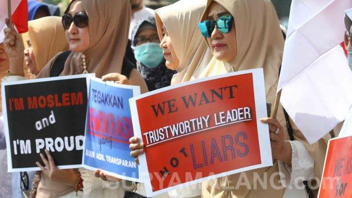 GALERI FOTO - Unjuk Rasa dan Salat Gaib di Depan Gedung DPRD Kota Malang