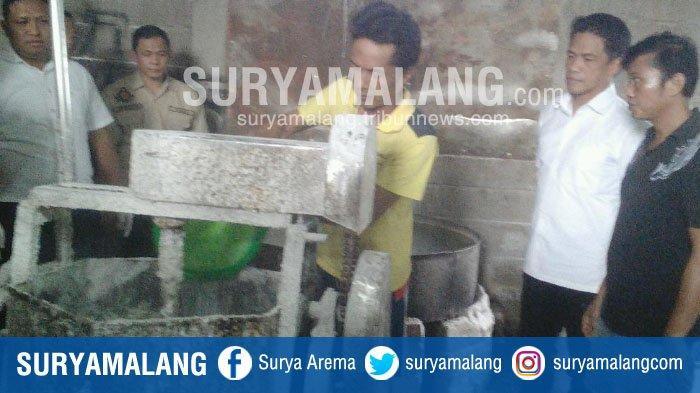 Polisi Gerebek Home Industri Sidoarjo yang Bikin Snack Pakai Tawas & Penyedap Rasa Kedaluwarsa